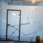 Наклейка пленки на стекла